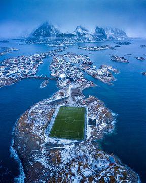 Das Fischerdorf Hennignsvaer mit seinem berühmten Fußballplatz von Nando Harmsen