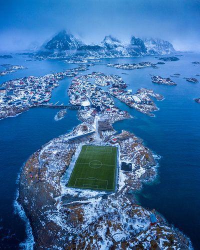 Het visserdorpje Henningsvaer met het bekende voetbalveld van Nando Harmsen