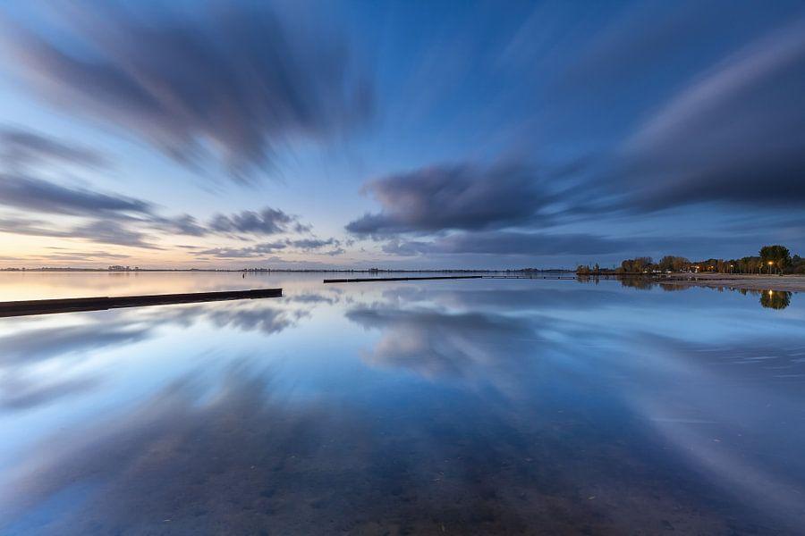 Wolken perfect weerspiegeld in het Schildmeer van Ron Buist