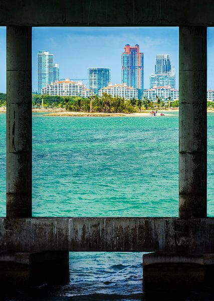 South Beach onder de brug van Mark den Hartog