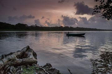 Sonnenuntergang über dem Fluss von Julian Buijzen