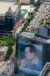 Drukke straat Bangkok met afbeelding van de koning