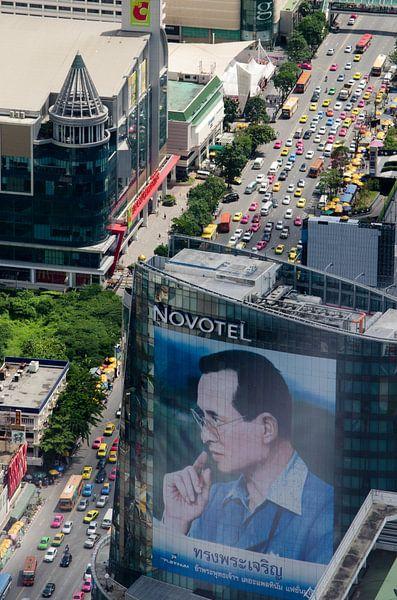 Drukke straat Bangkok met afbeelding van de koning van Maurice Verschuur