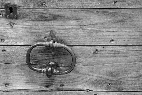 Alter Türklopfer an Holztür in Schwarzweiß