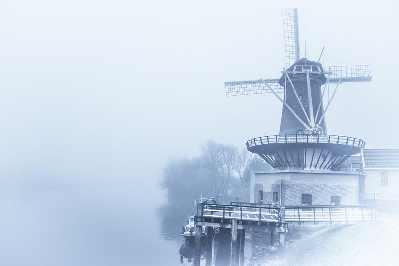 Windmolen in de mist van Brian Morgan