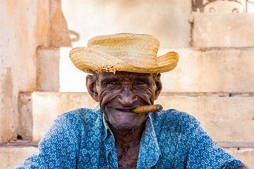 Cubaan met sigaar in Trinidad van Easycopters