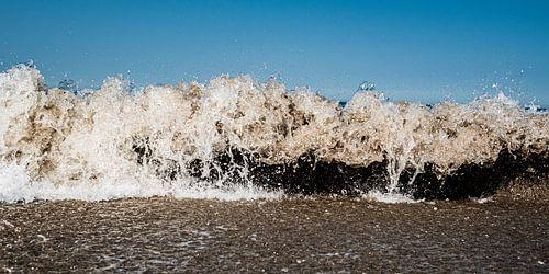 De woeste zee als muur vastgelegd alsof de tijd stilstaat