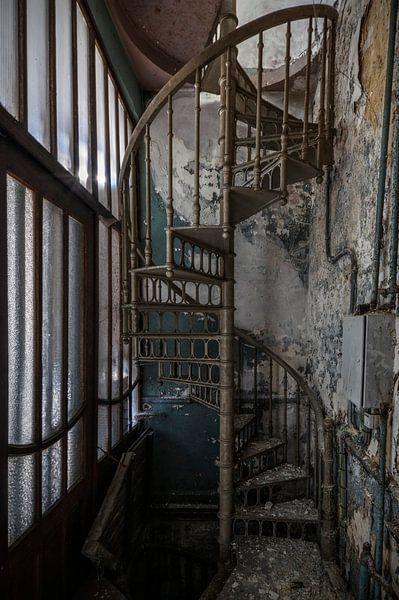 Draaitrap in verlaten kantoor von Kristel van de Laar