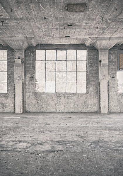Verlaten plekken: Sphinx fabriek Maastricht venster 2. van Olaf Kramer
