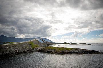 Brug op de Atlantische weg in Noorwegen van Marcel Alsemgeest
