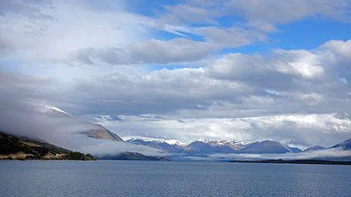 Laaghangende wolken  op het Wakatipumeer bij Glenorchy in Nieuw Zeeland van