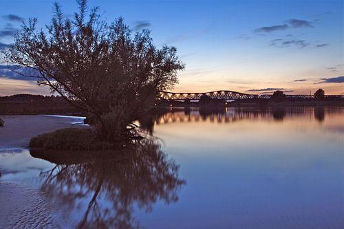 De Maas in 's-Hertogenbosch bij zonsondergang van