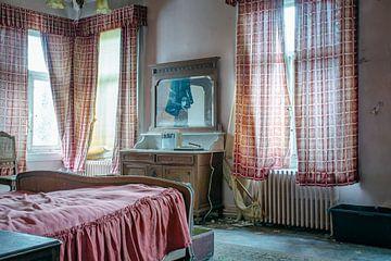 Schlafzimmer einer verlassenen Villa von Tim Vlielander