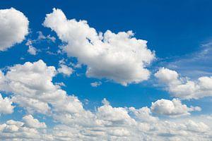 Blauwe lucht met mooie witte wolken