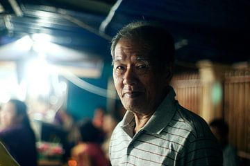 Portret van oude man in Chinatown Medan van André van Bel