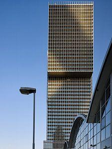 """Zijdelings zicht op het hoogbouwensemble """"de Rotterdam"""" in het avondlicht van Michael Moser"""