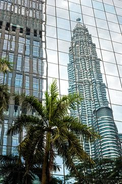 Reflectie van Petronas Tower. van Andre Kivits