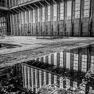 Spiegelung von Fenstern und Landschaft von einem stillgelegten Kraftwerk