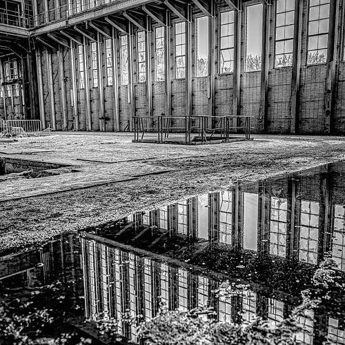 reflectie van ramen en landschap vanuit een verlaten electriciteitscentrale