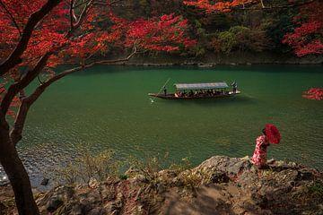 Japanse geisha aan de oever van de Arashiyama rivier van Anges van der Logt