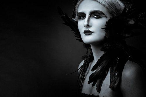 künstlerisches Porträt einer Frau in Schwarz-Weiß