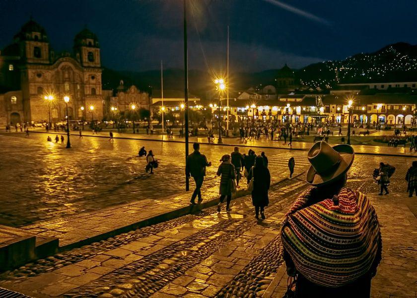 Cusco in de avond van Eddie Meijer