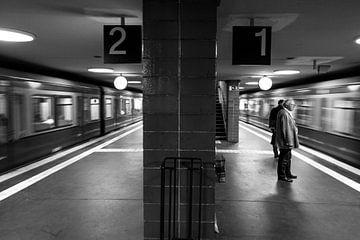 vertrekkende metro's underground zwart wit
