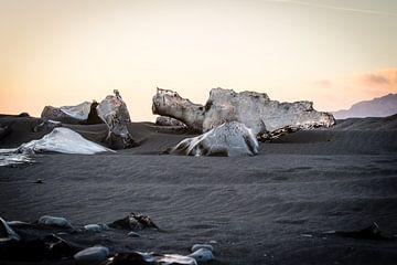 Eisfelsen am schwarzen Strand von Island von Marcel Alsemgeest
