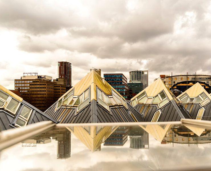 Uitzicht vanuit een Kubuswoning in Rotterdam. van Don Fonzarelli