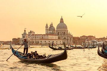 Gondola varen tijdens zonsondergang in Venetië van Easycopters