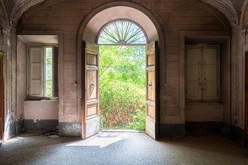 Türen einer verlassenen Villa. von