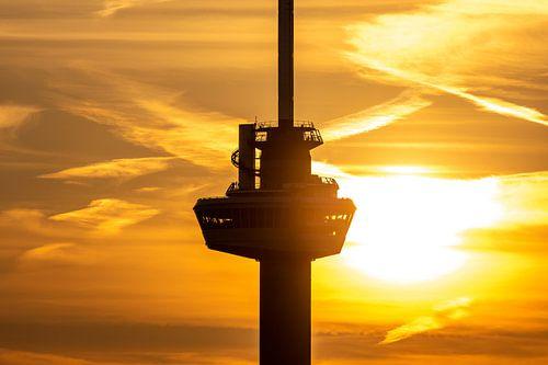 Het kraaiennest van de Euromast in Rotterdam tijdens zonsondergang