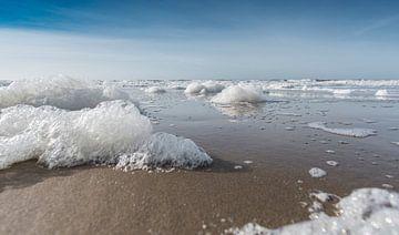 Schuim op het strand deel 1 van Alex Hiemstra