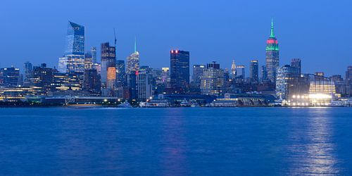 Midtown Manhattan Skyline in New York met het Empire State Building in de avond, panorama