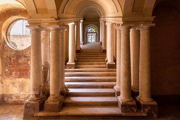 Treppe in verlassener Villa. von Roman Robroek