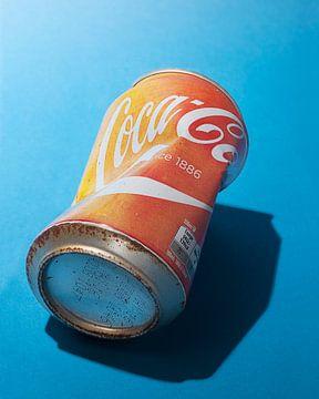 Pop-Art. Sonnengebleichte Coca-Cola-Dose. von Floris Kok