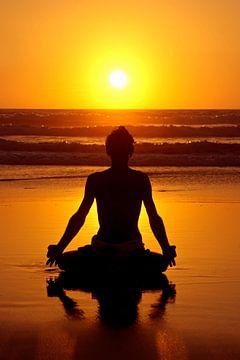 Yoga und Meditation am Strand bei Sonnenuntergang von Nisangha Masselink