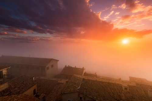 San Marino zonsondergang met mist