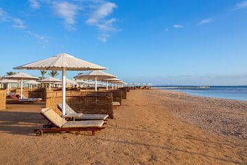 Strand met parasols en ligbedden aan Rode Zee in Hurghada in Egypte van Ben Schonewille
