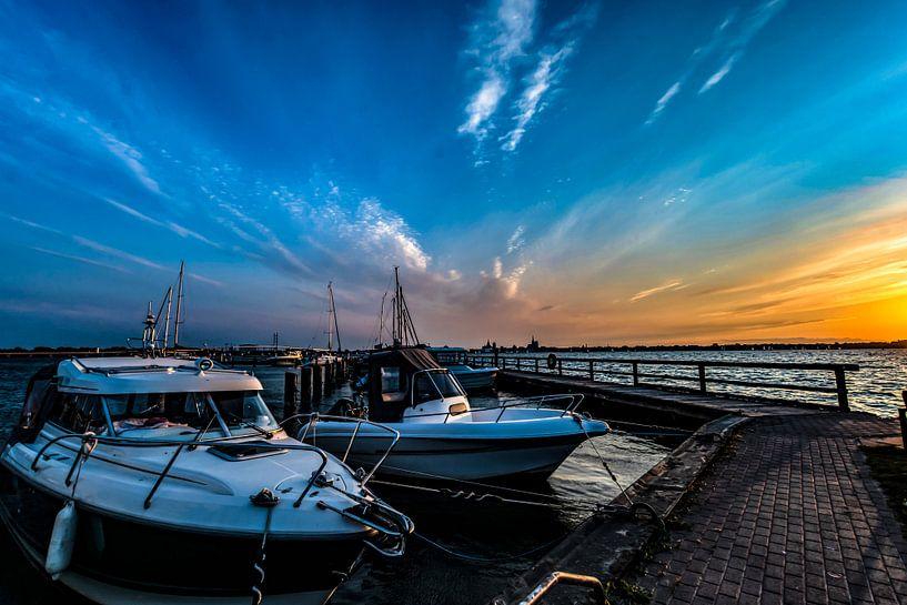 Motorboote & Segelschiffe, Sonnenuntergang am Hafen Altefähr, Insel Rügen von GH Foto & Artdesign