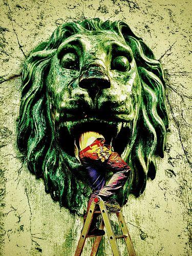 Into the lion (klusman in een leeuwenbek)