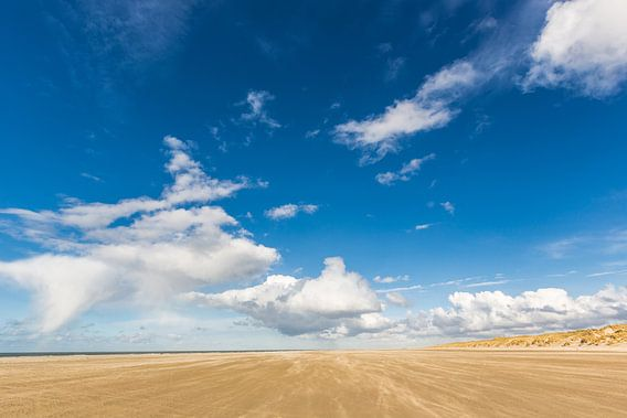 Strand Terschelling onder Hollandse wolkenlucht van Jurjen Veerman