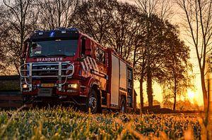 Brandweer bij zonsopkomst en vorst van
