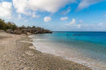 Der Strand der Bucht von Curacao von Joke Van Eeghem