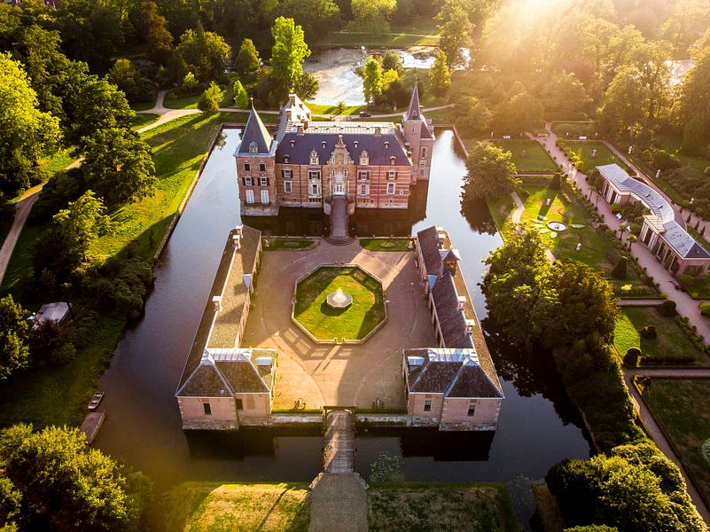 Kasteel in Nederland bij zonsondergang van Cynthia Hasenbos