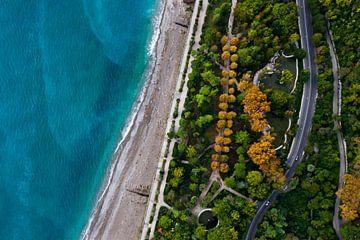 Ruelle avec des arbres et une route. Hôtels parmi le parc vert en bord de mer avec une eau turquoise sur Michael Semenov