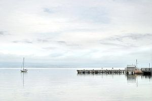 Zeilboot voor anker aan de Cromarty Firth in Schotland van Hans Kwaspen