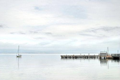 Zeilboot voor anker aan de Cromarty Firth in Schotland