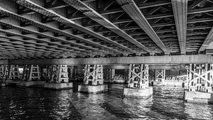 Onder de spoorbrug in Amsterdam van