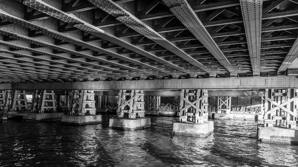 Onder de spoorbrug in Amsterdam